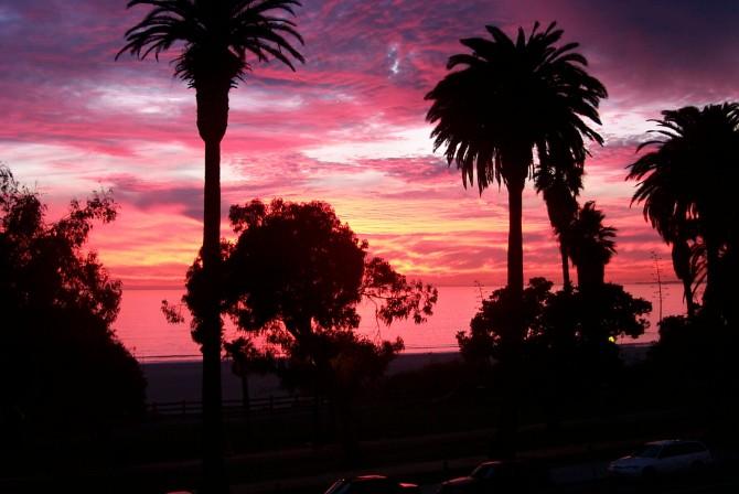 해질 무렵의 하늘. 태양이 대기를 통과하는 시간과 길이가 달라지면서 대기의 입자와 부딪혀 산란돼 붉은 계열의 화려한 하늘을 만든다. - brian pink(F) 제공